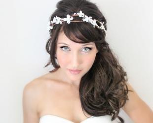 Кофейный цвет волос, прическа невесты, дополненная цветочным ободком