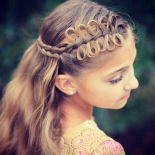 Праздничные детские прически на длинные волосы, прическа с косами и воздушными петлями на выпускной