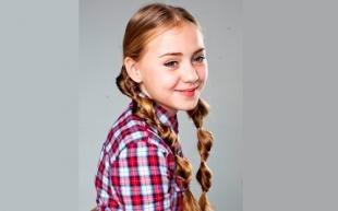 Карамельно русый цвет волос, простая прическа в школу на основе двух косичек