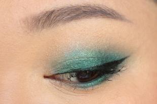 Макияж на 1 сентября, макияж карих глаз с зелеными тенями и черными стрелками