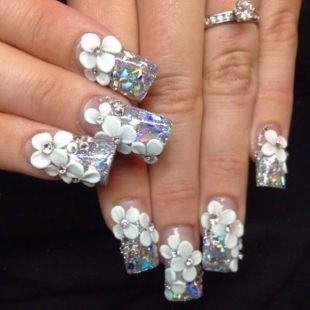Рисунки ромашек на ногтях, дизайн нарощенных ногтей с глиттером и акриловыми цветами