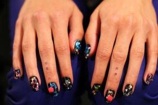 Рисунки на черных ногтях, смелый темный маникюр со стразами
