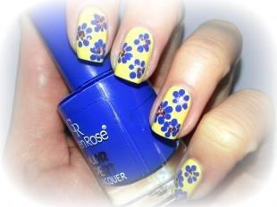Маникюр с ромашками, желтый маникюр с синими цветами