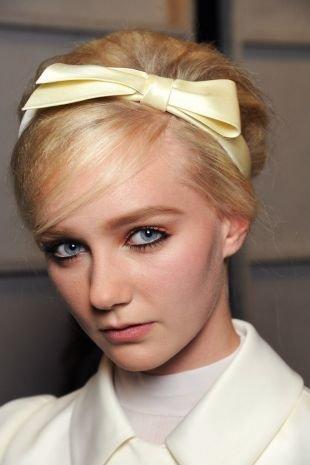 Светлый цвет волос на длинные волосы, винтажная прическа с ободком