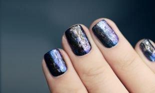 Модный маникюр, блестящий темный маникюр на короткие ногти