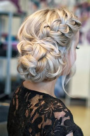 Светло пепельный цвет полос, красивая прическа с косами для длинных густых волос