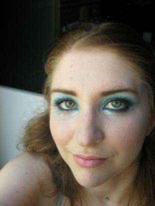 Яркий макияж для зеленых глаз, яркий макияж глаз с голубыми тенями