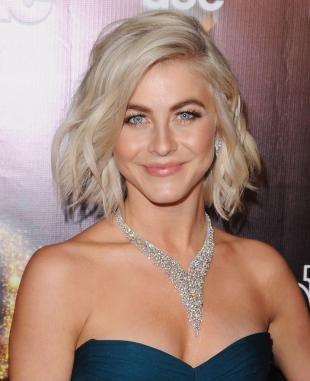 Цвет волос перламутровый блондин, прическа каре с глубоким пробором на одну сторону