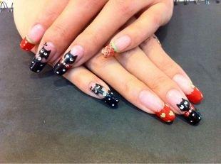 Рисунки на красных ногтях, френч с черными кошками и сердечками