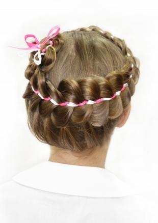 Золотисто русый цвет волос, школьная прическа с косой и лентой