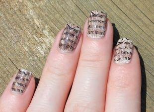 Осенний дизайн ногтей, газетный маникюр