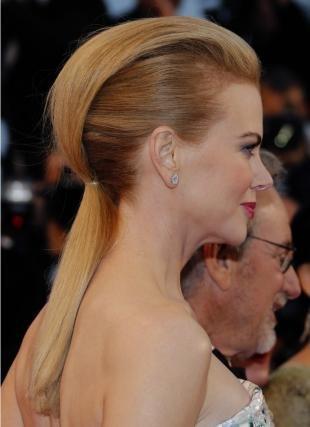 Янтарный цвет волос, стильная вечерняя прическа на длинные волосы