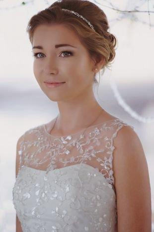 Прически с диадемой на выпускной на средние волосы, восхитительная греческая прическа на свадьбу