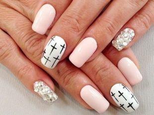 Легкие рисунки на ногтях, бело-розовый маникюр с крестами и стразами
