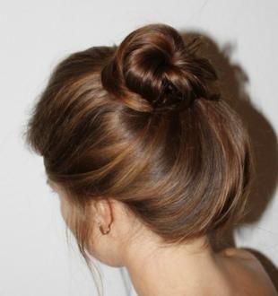 Цвет волос капучино, красивый пучок на каждый день