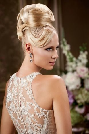 Цвет волос перламутровый блондин, помпезная свадебная прическа на длинные волосы