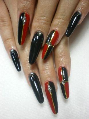 Дизайн гелевых ногтей, черно-красный маникюр с использованием золотистой фольги и камней