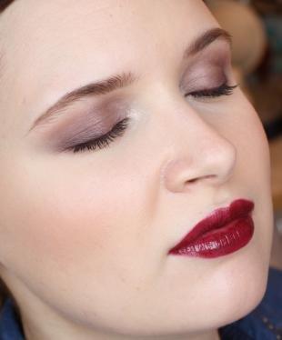 Вечерний макияж для карих глаз, сочетание цвета теней с красной помадой