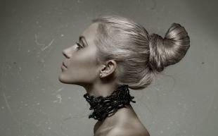 Пепельно русый цвет волос, объемный пучок - прическа на длинные волосы