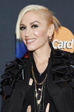 Цвет волос перламутровый блондин, модная прическа в стиле рок