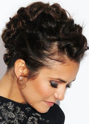 Темно коричневый цвет волос, праздничная прическа на длинные волосы на основе кудрей