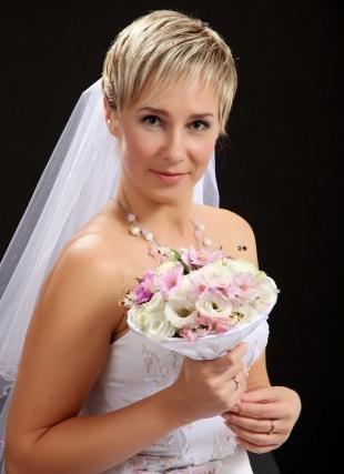 Стрижки и прически на короткие волосы, свадебная прическа с фатой на короткие волосы