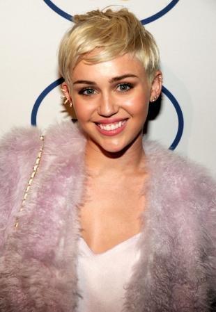 Цвет волос золотистый блонд на короткие волосы, стрижка пикси с объемной макушкой