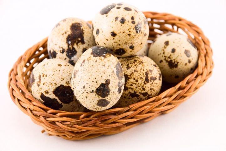 Перепелиные яйца в маске из киви